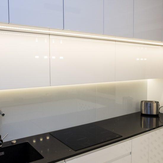 Oświetlenie ledowe w kuchni nad zlewozmywakiem