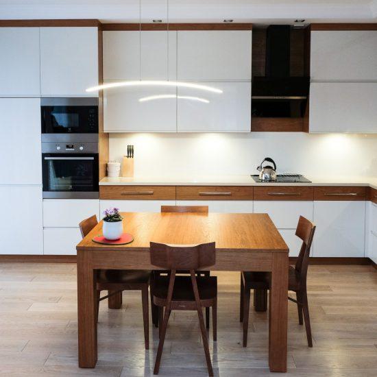 Biel z drewnem jadalnia z kuchnią